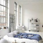 Интерьер спальни в стиле лофт со спальным матрасом вместо кровати