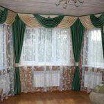 Интересное оформление окна комбинированными шторами в загородном доме