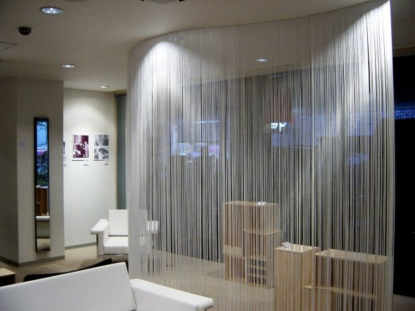 Зонирование помещения с помощью штор и гибкого карниза