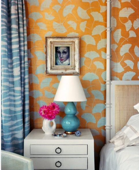 Голубые шторы и оранжевые стены