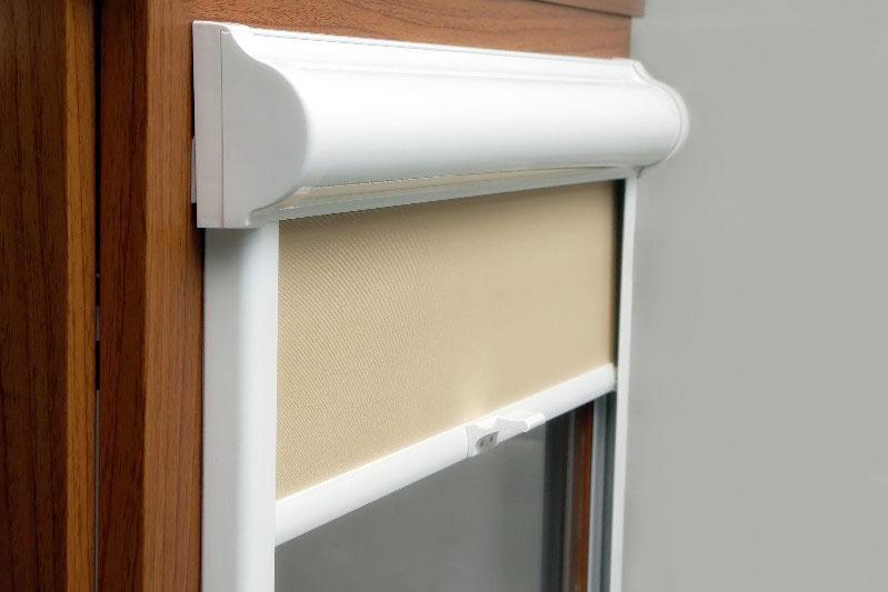 Рулонная штора кассетного типа на подвижной створке ПВХ-окна