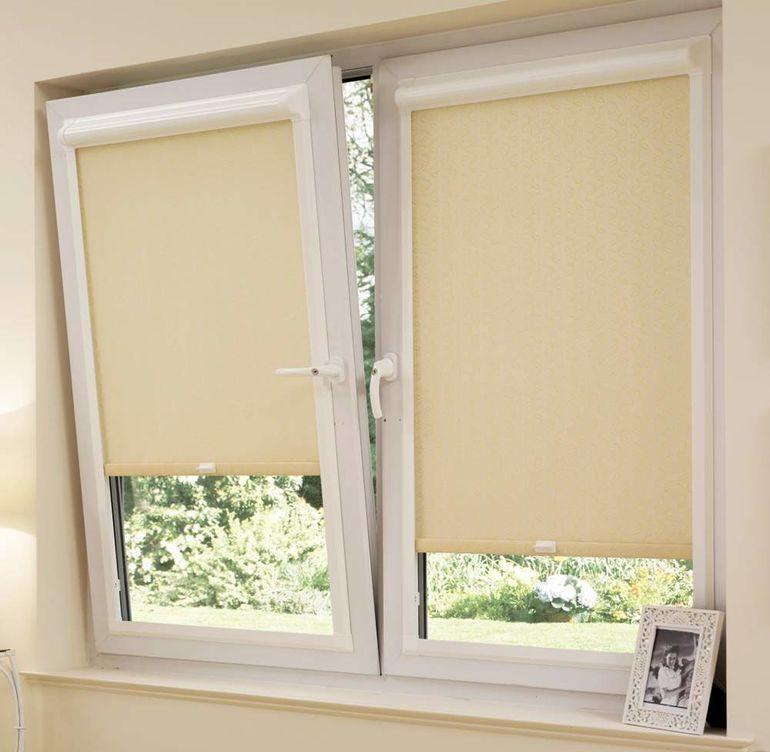 Кухонное окно с рулонными шторами кассетного типа