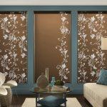Дизайн гостиной с коричневыми шторами