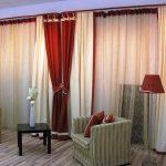 Комбинация двухцветных штор для гостиной ― сочетание красного с белым