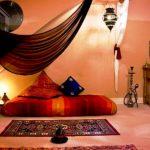 Комната в восточном стиле с матрасом для сна