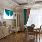 Коричнево-бирюзовые шторы в интерьере гостиной
