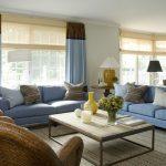 Коричнево-голубые шторы эффектно смотрятся в гостиной с голубой мебелью