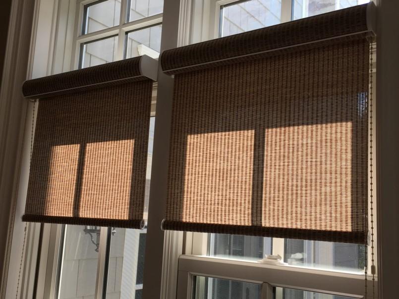 Две рулонные шторы кассетного типа коричневой расцветки