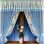 Короткие голубые шторы с желтыми декоративными вставками