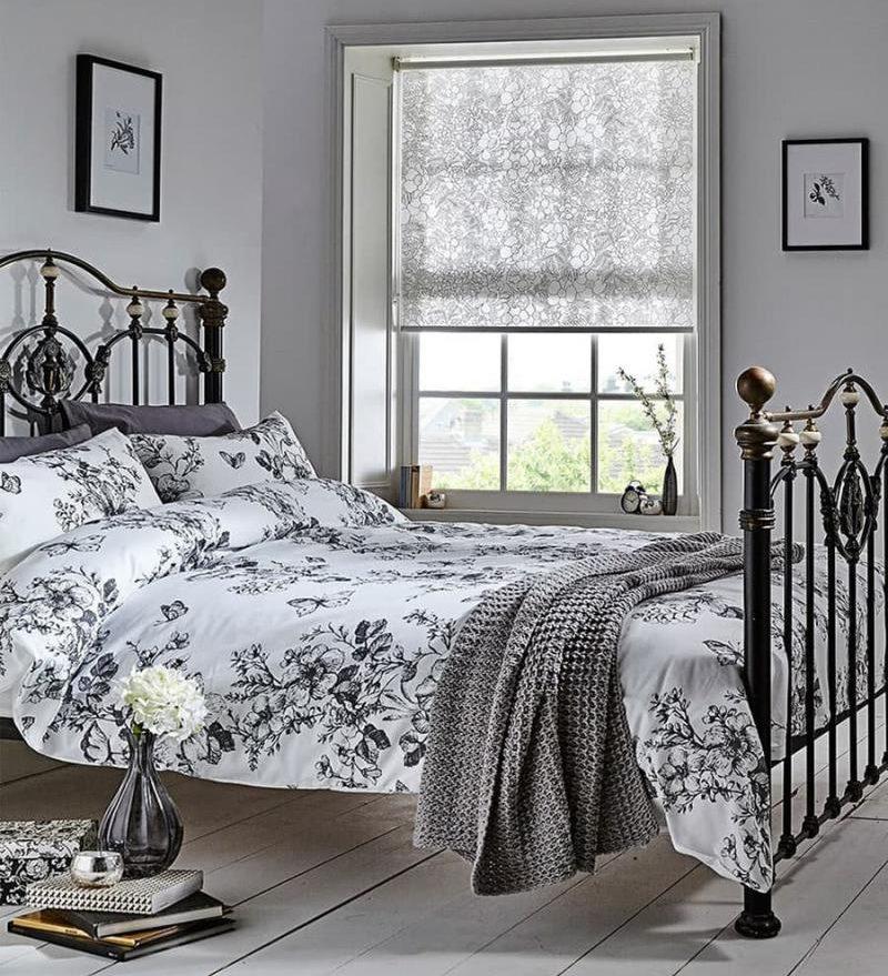 интерьер спальни с легкими шторами рулонного типа
