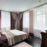Красивые двухцветные шторы в спальне с большим количеством окон
