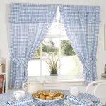 Кухонные шторы и скатерть в мелкую бело-голубую клетку