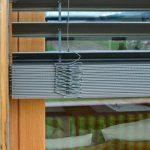 Ламели плоского типа на рафшторе с наружной стороны окна