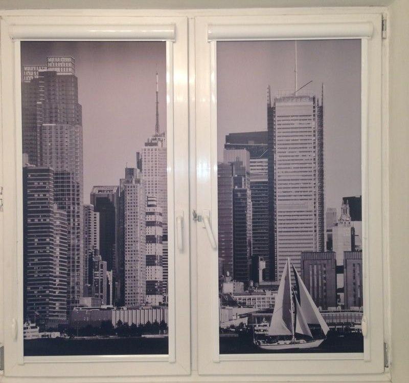 Рулонные шторы с изображением небоскребов на пластиковом окне