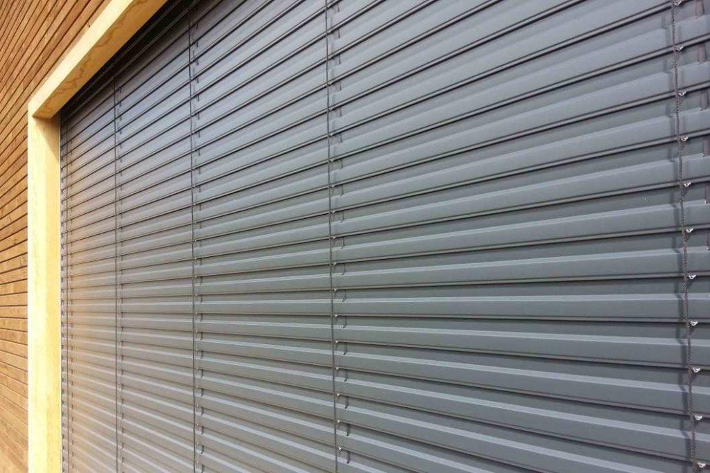Рафштора в закрытом состоянии на окне производственного здания