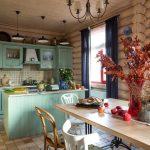 Настенный карниз с коваными заглушками на кухне в стиле кантри