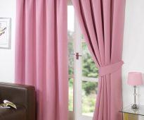 Насыщенные розовые шторы из плотной ткани в гостиную