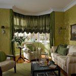 Необычные зеленые шторы для необычной гостиной