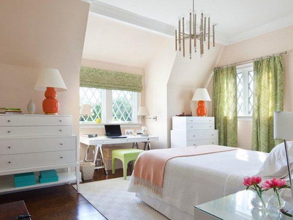 Романтичная спальня с зелеными шторами