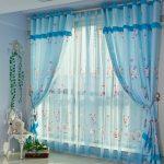 Нежные голубые шторы с барашками будут отлично смотреться в детской