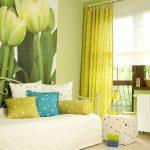 Нежные желто-зелные шторы и подушки для гостиной