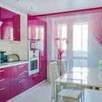 Нитяные розовые шторы на кухне