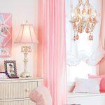 Однотонные розовые шторы отлично смотрятся и добавляют интерьеру возушности