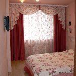 Однотонные шторы с цветочным ламбрекеном для маленькой спальни
