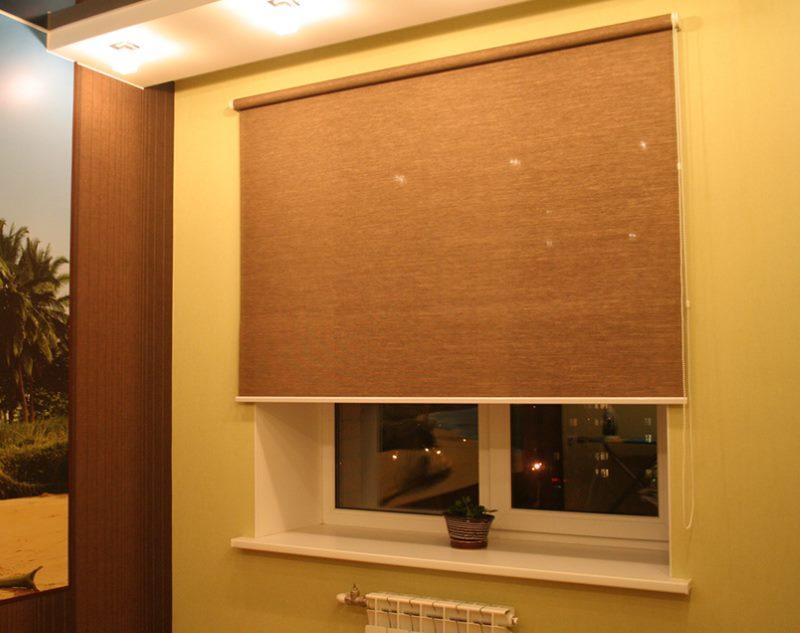 Коричневая штора рулонного типа на окне кухни