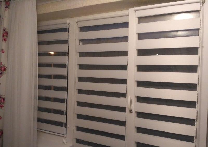 Открытые шторы день ночь на створках ПВХ-окна