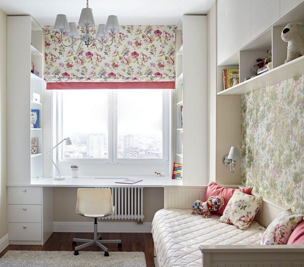 Пестрая римская штора на окне детской комнаты для девочки