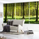 Белый диванчик перед окном с рулонными шторами