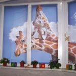Два жирафа на шторах в детской