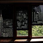 Плотные шторы с перфорацией на окне гостиной