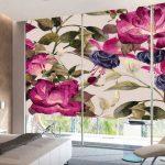 Крупные цветки на роллетах в спальне