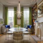 Простые зеленые шторы в обеденной комнате хорошо сочетаются с бежевым ковром