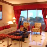 Прямые бордовые шторы с подхватами и жестким ламбрекеном на большое окно