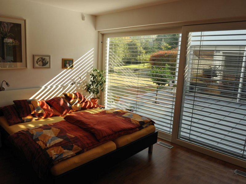 Рассеянный свет в комнате с рафшторами на окне