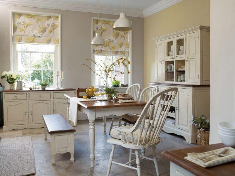 Кухня-столовая классического стиля с римскими шторами