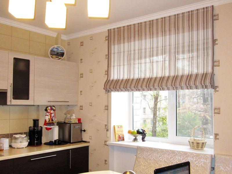 Римская штора в мелкую полоску на окне кухни в панельном доме