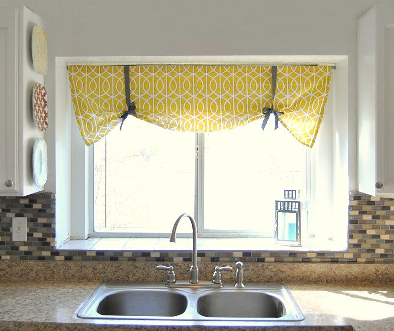Кухонное окно с бескаркасной римской шторой желтого цвета