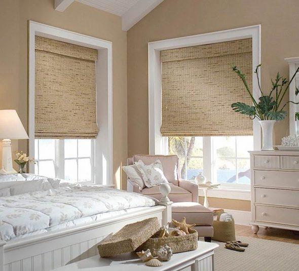Римские шторы в проеме окна