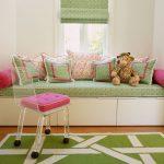 Декоративные подушки на диване в детской