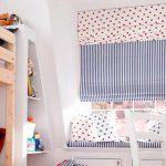 Двойные шторы римского типа на окне детской