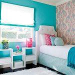 Бирюзовая стена с окном в детской спальне