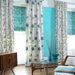 Римские шторы в комплекте с классическими гардинами в гостиной