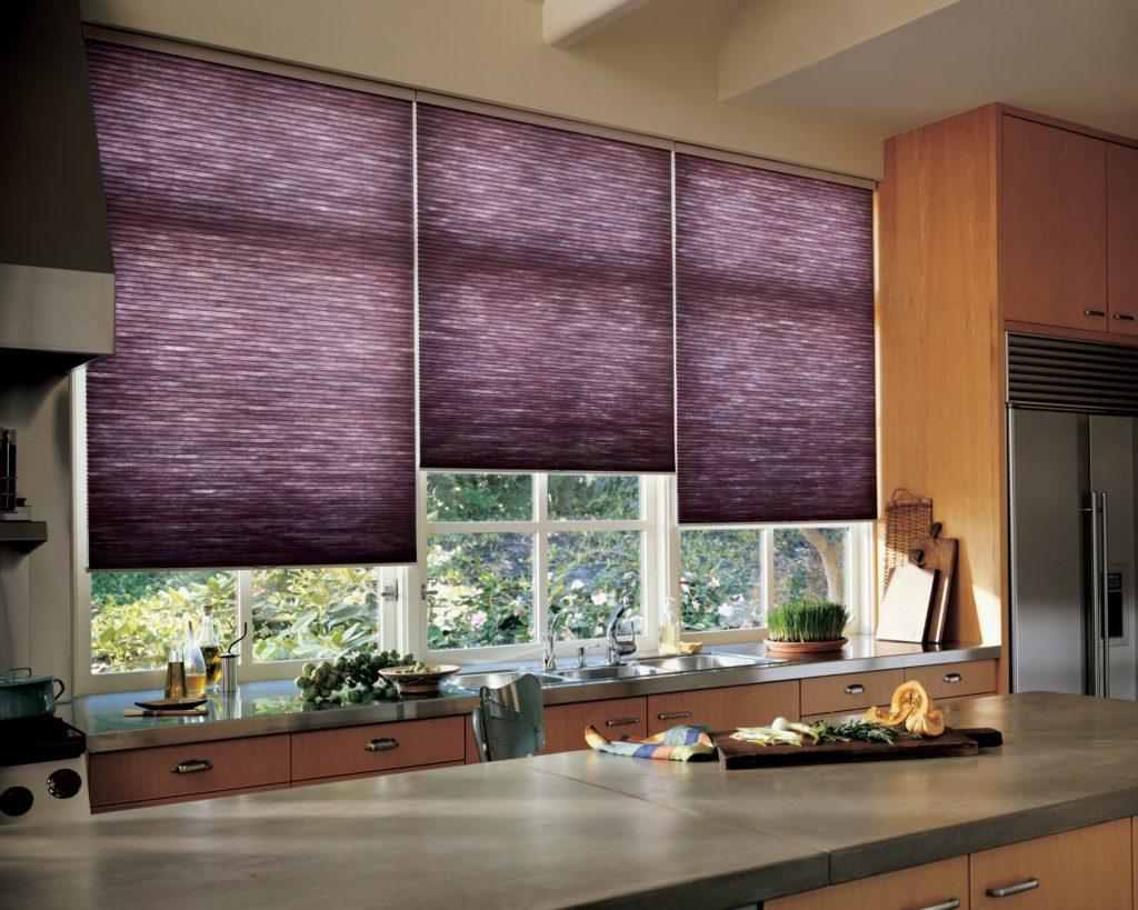 Фиолетовые шторы рулонного типа на кухонном окне