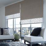 Двойные рулонные шторы в интерьере гостиной