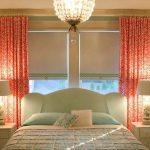 Розовые занавески на окнах спальни