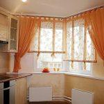 Оформление кухонных окон оранжевыми занавесками